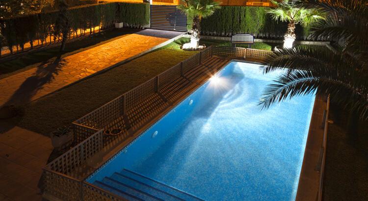 Comment installer la lumière dans une piscine ?