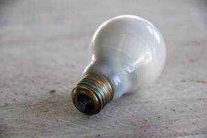 Quelles grandeurs sont associées au lumen par watt ?